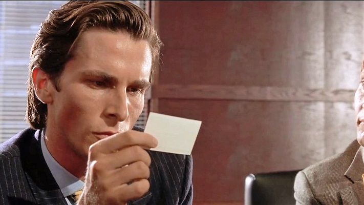 Патрик смотрит на визитку